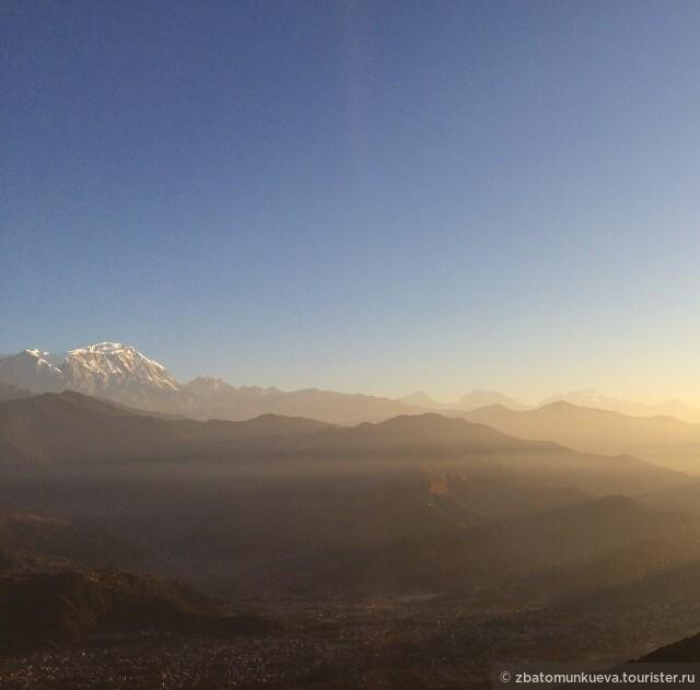 Первые лучи солнца над городом Покхара