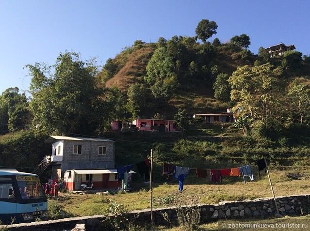 По дороге в Сарангкот можно встретить всю колоритность Непала