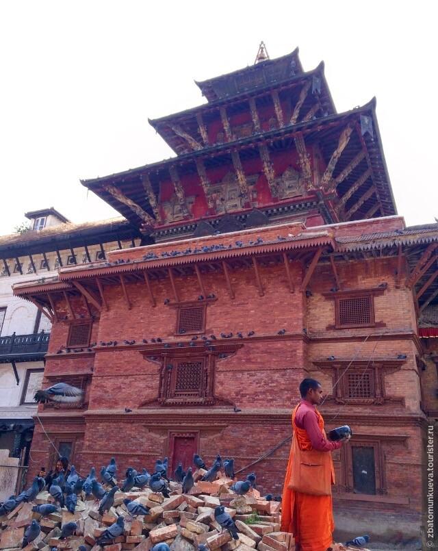 Площадь Дурбар. Частично был разрушен во время недавнего землятресения. На сегодня многие храмы поддерживаются с помощью деревянных палок.