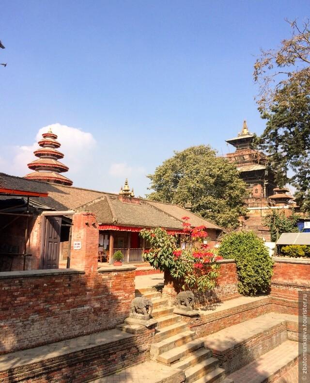 """Вероятно, этот небольшой храм знаком многим из фильма """"Маленький Будда"""". Он находится рядом с площадью Дурбар в Катманду."""