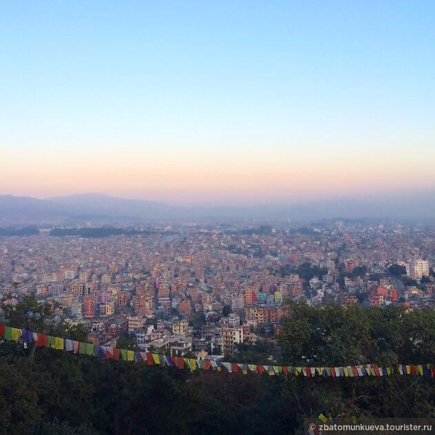 Катманду - столица этой волшебной страны. Вид со стороны ступы Сваямбунатх. Домики напоминают конструкции лего, такие разноцветные и будто с неба упали хаотично.