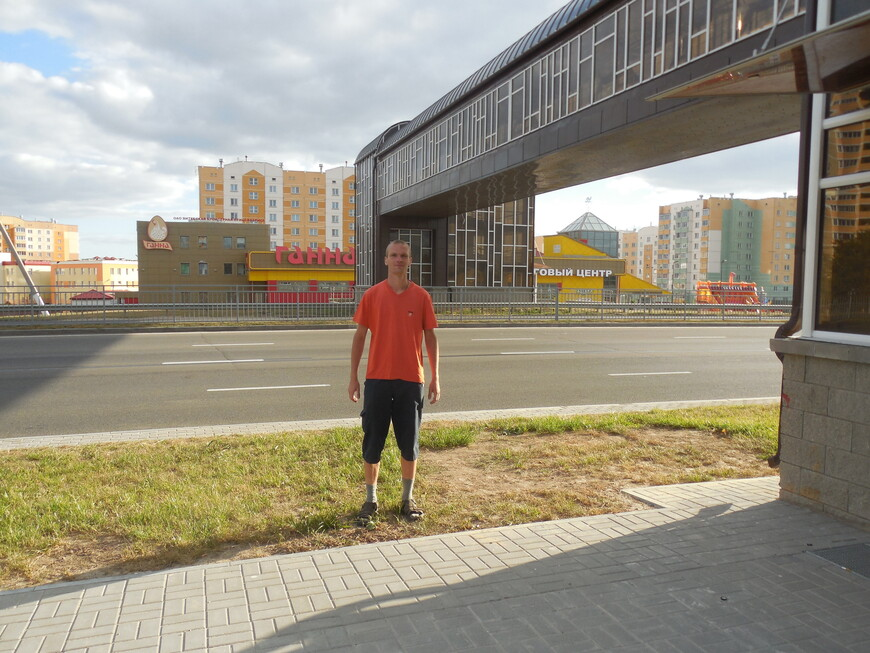 Наземный пешеходный мост над Московским проспектом и торговый центр «Ганна»
