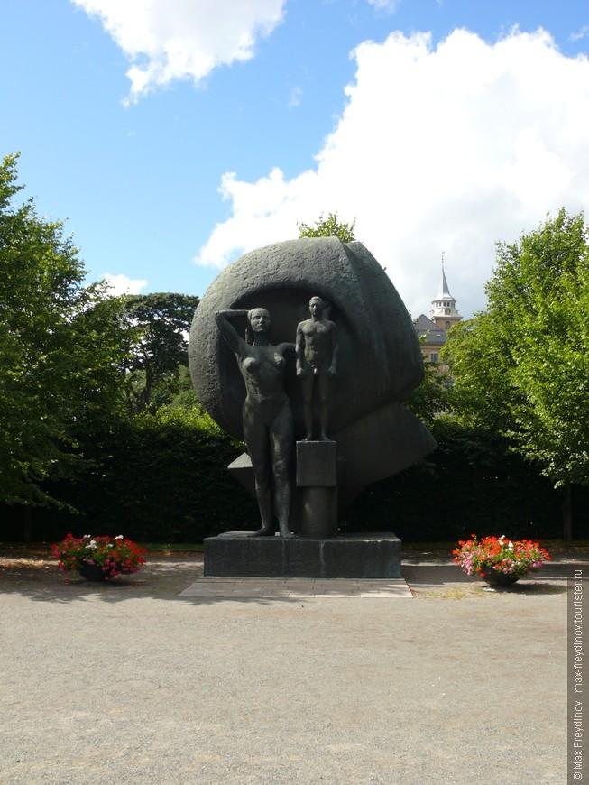 Памятник поставленный в честь освобождения Норвегии от нацистов, но какова ассоциация этого действия с большой голой женщиной и маленьким мужиченкой на тумбочке не знаят даже Wiка