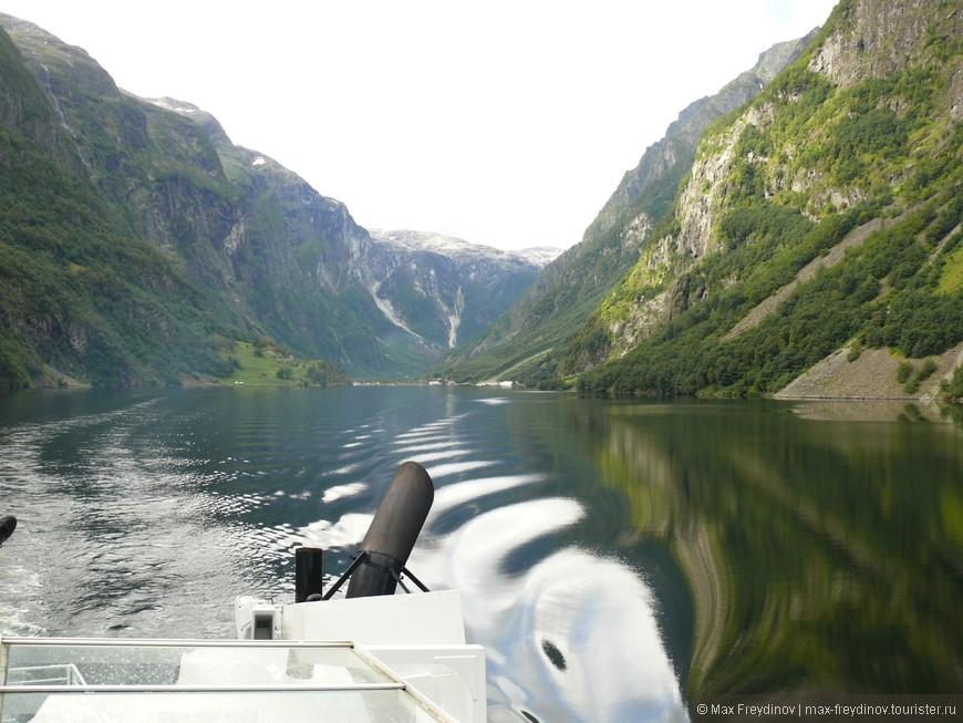 экскурсионный паром идет из Гудвангена во Флом, проходя самый конец Согне-фьорда.