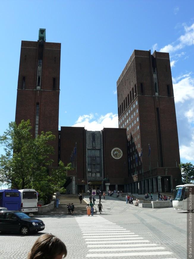 Здание городской ратуши в г. Осло, страшненькое мрачное здание, самое негативое архетектурное творение на мой взгляд