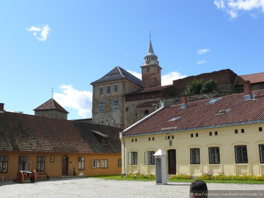 Замок Акерсхус, первый в на тереторрии современной Норвегии замок из керпича и камня. в данный момент на территори замка расположены военные казармы, нац. банк и прочие гос. учереждения