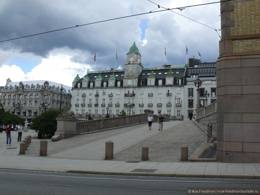 улица Карла-Юхана, идущая от здания парламента к королевскому дворцу, на которой расположены все основные гос. учреждения. Гранд-отель