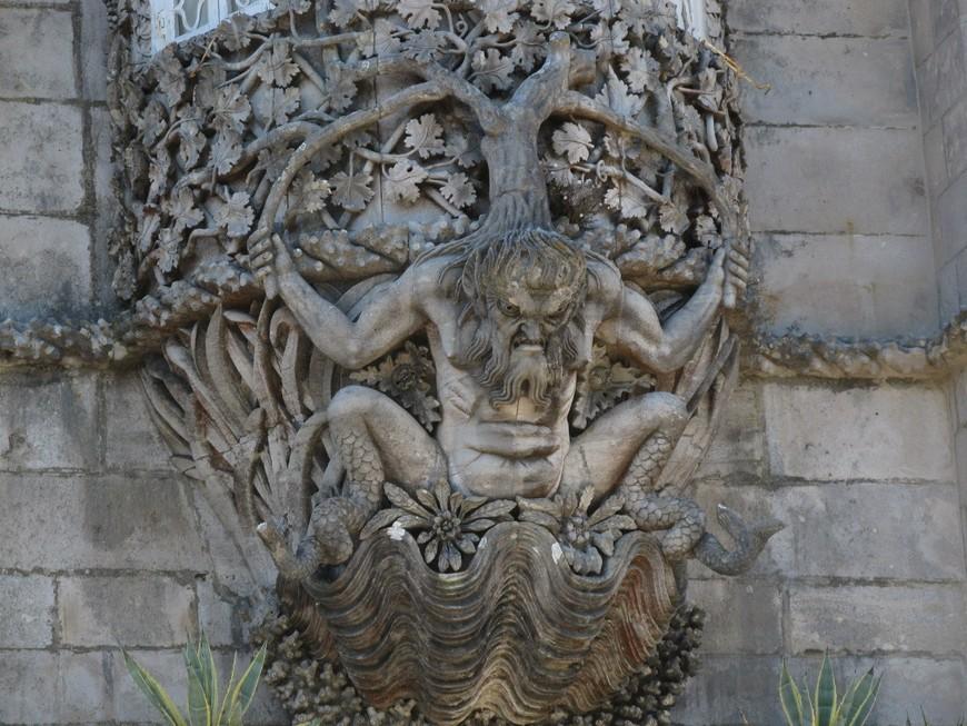 Скульптура во дворце Пена.