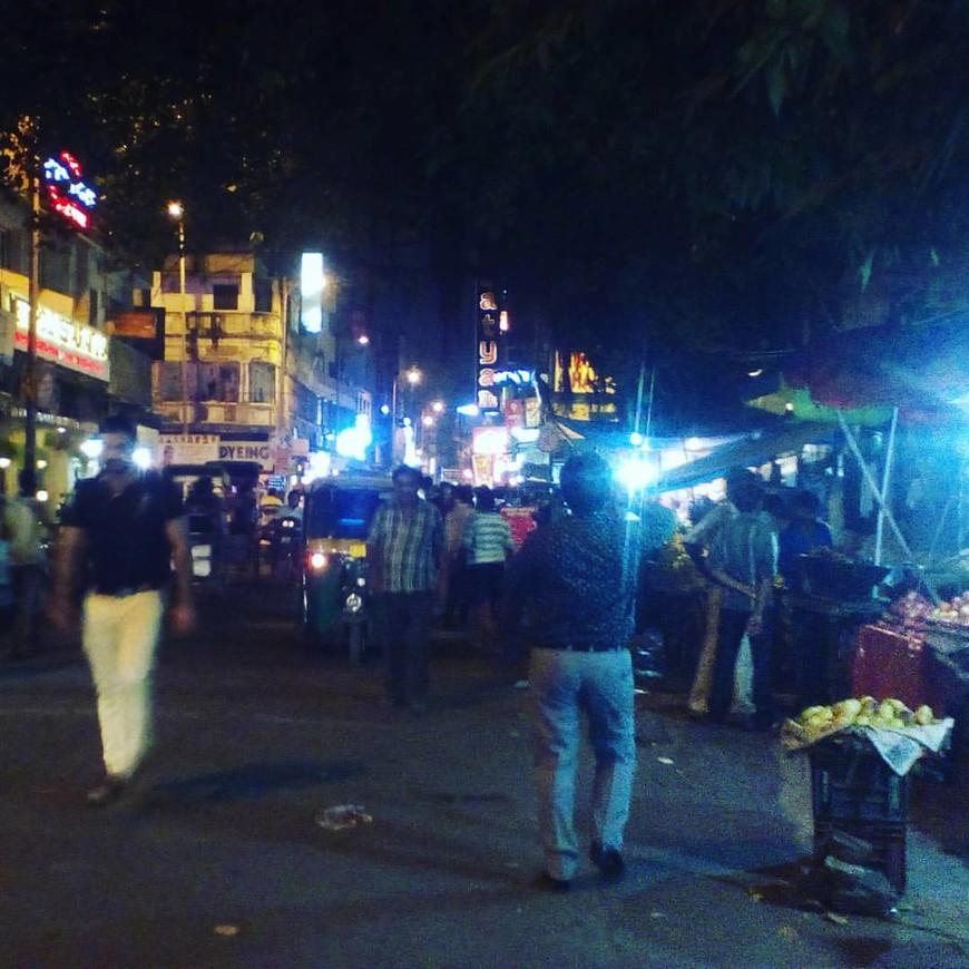 Ночной рынок в Дели,кругом пищат клаксонами тук -туки,на прилавках сырые яйца десятками и сковородками наготове,масала -чай в чайниках,фрукты горой.Есть реальный риск попасть под велорикшу или машину,люди не стесняясь справляют нужду за машинами