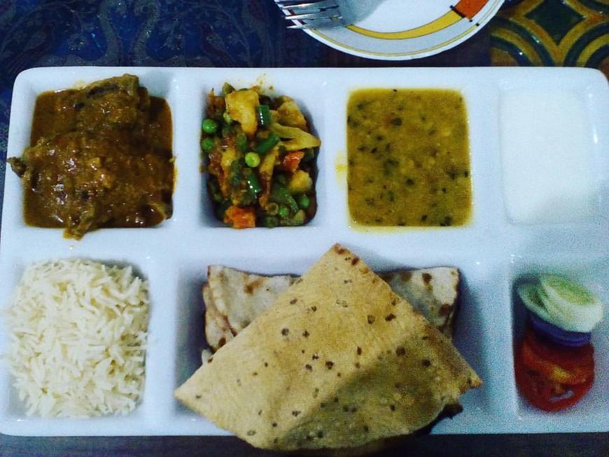 Еда в Индии божественно вкусна, огромное разнообразие вкусов. От вегетарианства спала курица , но и вегетарианская кухня очень сытная и свежая. За две недели в Индии мы с друзьями ни разу не отравились. Мы конечно соблюдали элементарные правила предосторожности- не ели на улице( не считая тростникового сока), дезинфицировали руки перед едой и после соприкосновения с деньгами, старались не трогать животных.