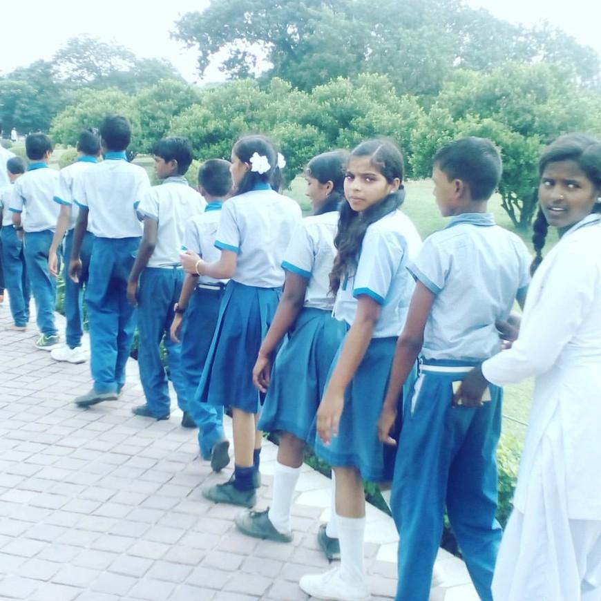 Индийские школьники, почти у всех девочек пирсинг в носу.