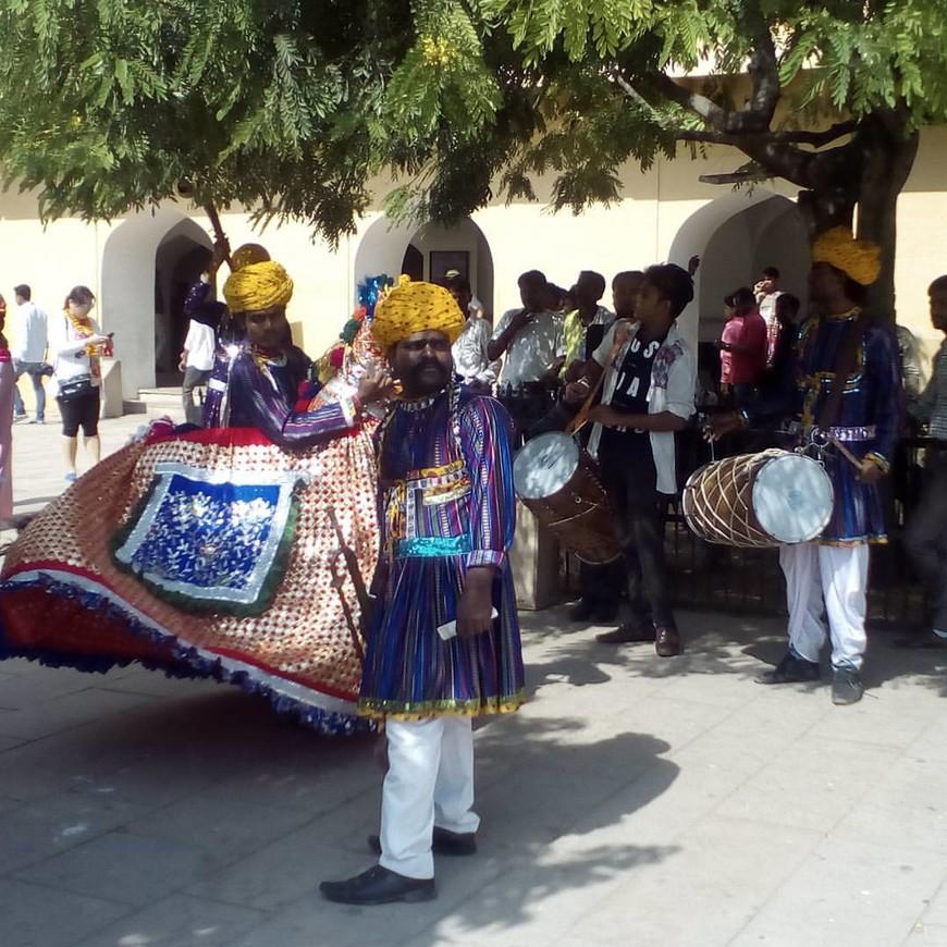 День туризма в Индии, вручали бесплатную бутылку воды, одевали венок из бархатцев и ставили красную точку на лоб.