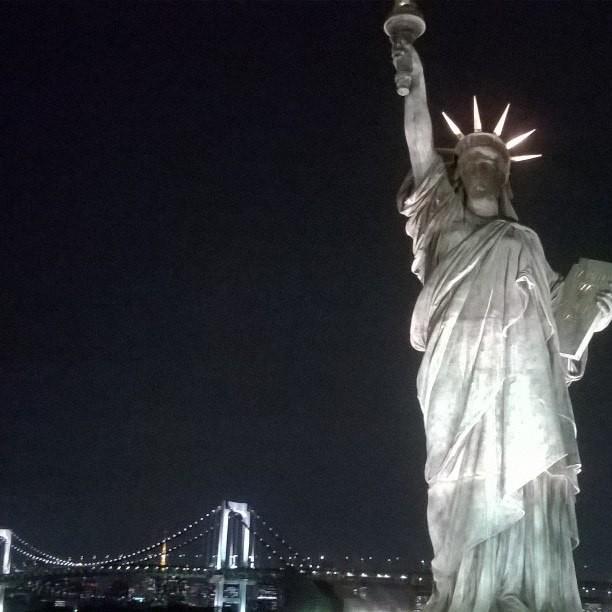 В Токио, в районе Одайбо  есть своя статуя Свободы.