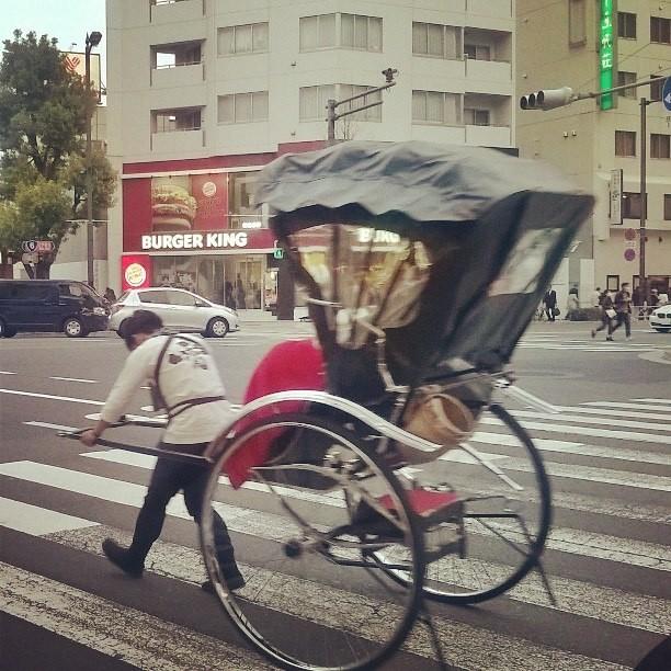 туристический аттракцион - перенесись в Японию самураев слуг и господ.) Парни на велорикшах получают очень не плохо ,тысяч 9000р за полчаса за провоз или точнее пробег с двумя людьми в коляске.)