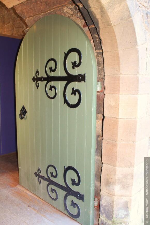 Живописно вставленная дверь при входе в западные башни, что вмещают в себе выставку уцелевших каменных изваяний по тематике.