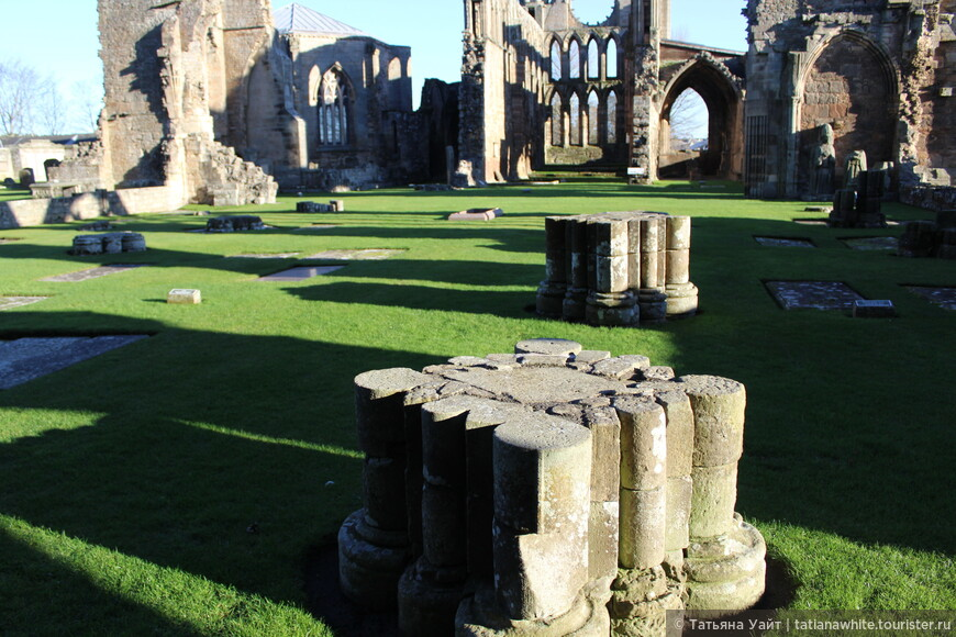 На переднем плане - основание колонны. Массивное, достаточно продуманное в готических традициях.