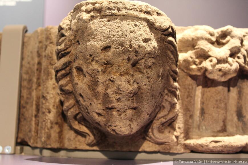 А у этой дамы 14 века даже можно разглядеть жемчужное украшение, что поддевает роскошные кудри. Средневековье.