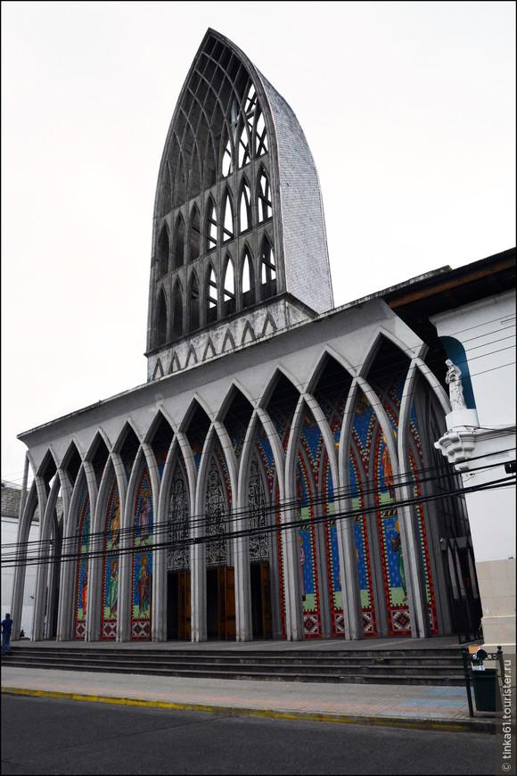 Очень необычный Кафедральный собор Святого Матфея, построенный  в 1960 году на месте старинного кафедрала, разрушенного землетрясением.