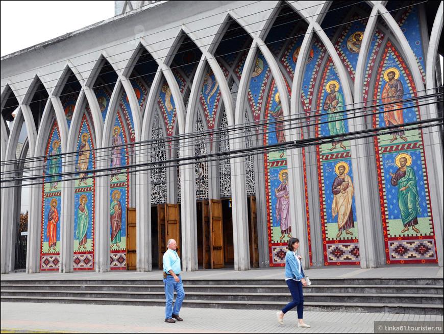 Элементы фасада собора. Мозаичные панно, изображающие 12 апостолов.
