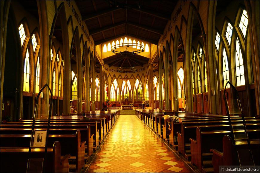 Строгие неоготические интерьеры собора.