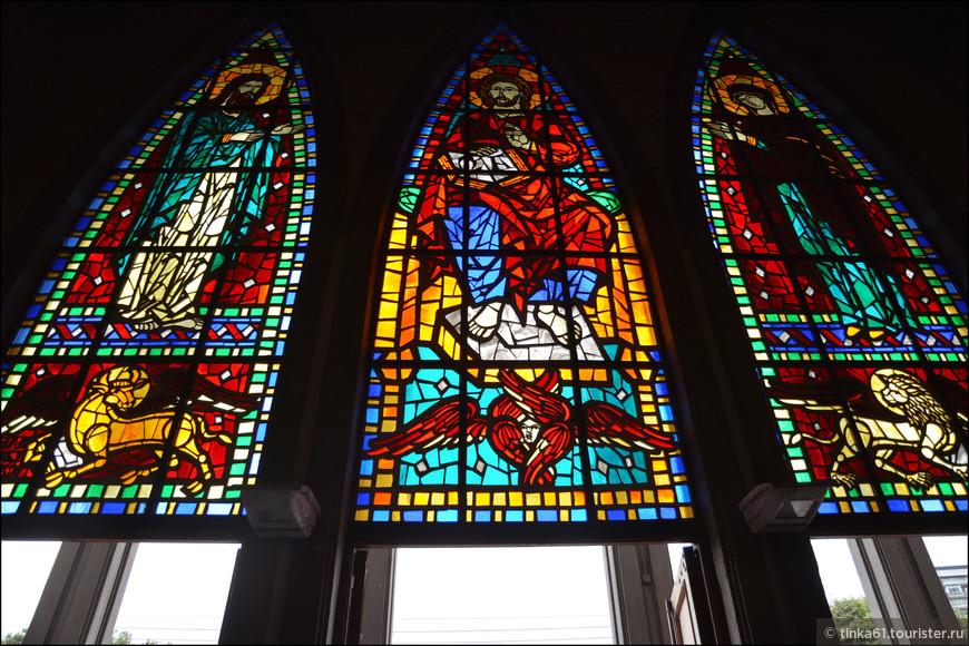 Современные витражи церкви были изготовлены в Барселоне.
