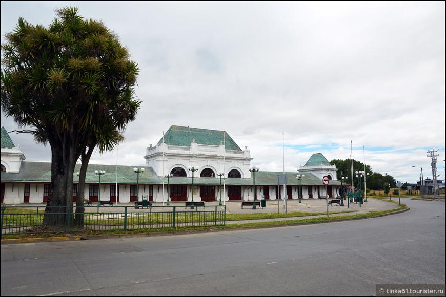 Старинное здание жд вокзала. Сегодня железная дорога не функционирует, вокзал заброшен.