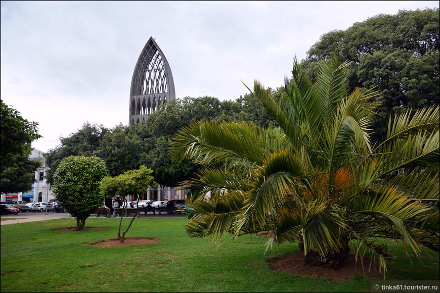 Как и  в большинстве провинциальных городов Чили центральная площадь очень зелёная, совмещающая в себе функции площади и парка.
