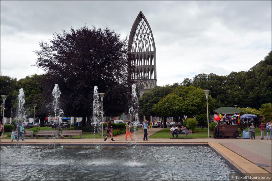 Посреди площади устроен большой водоём с фонтанами.