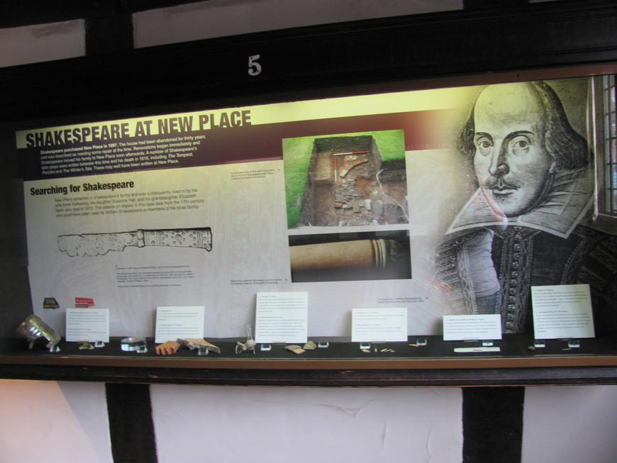 на втором - выставка предметов, найденных в ходе археологических раскопок на месте «Нового дома».