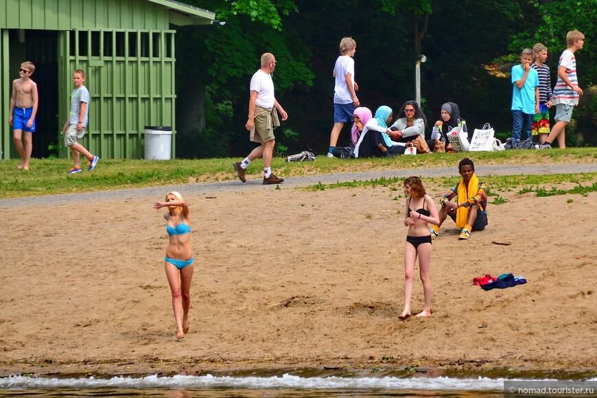Но тучи не мешают горячим шведским девчонкам загорать и купаться... )))