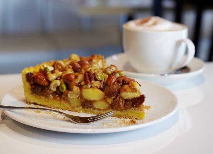 пирог яблочный с орешками в разрезе