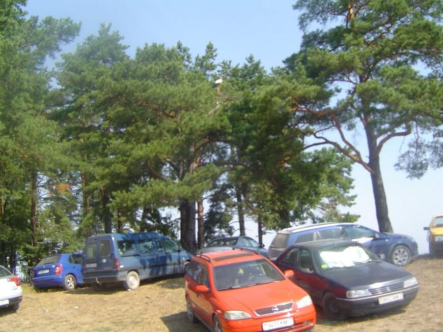 Припаркованные автомобили и кладбище