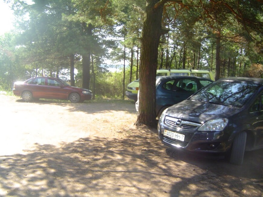 Припаркованные автомобили напротив кладбища