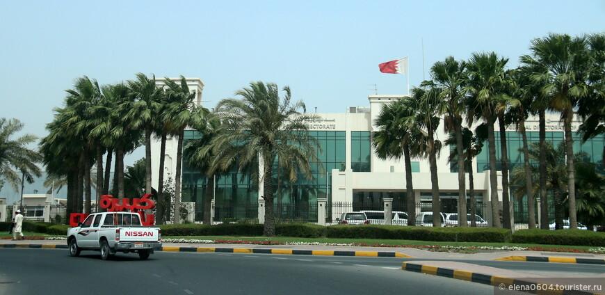 В Министерство Внутренних Дел Бахрейна входит Управление общественной безопасности, включающее в себя директораты провинциальных отделов полиции страны. Всего таких директоратов восемь, и один из них - директорат полиции аэропорта, располагающийся неподалеку от Международного аэропорта Бахрейна на острове Мухаррак. Хорошо оснащенная технически и весьма многочисленная полиция Бахрейна следит за порядком по всей стране. По официальным данным, в состав полиции Бахрейна входят в основном люди, не являющиеся гражданами страны или ставшие таковыми недавно.
