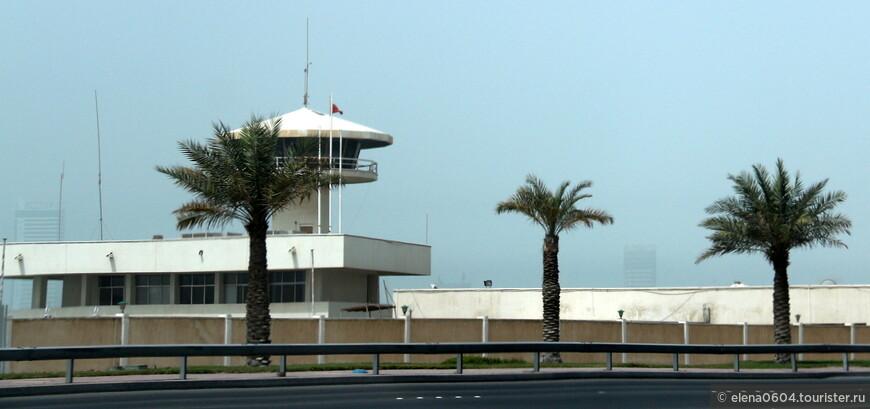Бахрейн - это самое маленькое арабское государство, расположенное на одноименном архипелаге в Персидском заливе. Государство располагает хорошо оснащенными военными силами, как сухопутными, так и военно-морскими. В состав МВД Бахрейна входит и береговая охрана, численность которой составляет около 250 человек. На острове Мухаррак расположен крупный морской порт, поэтому присутствие здесь береговой охраны вполне целесообразно. Ее база здесь находится неподалеку от порта, близ автодороги между Мухарраком и Манамой.