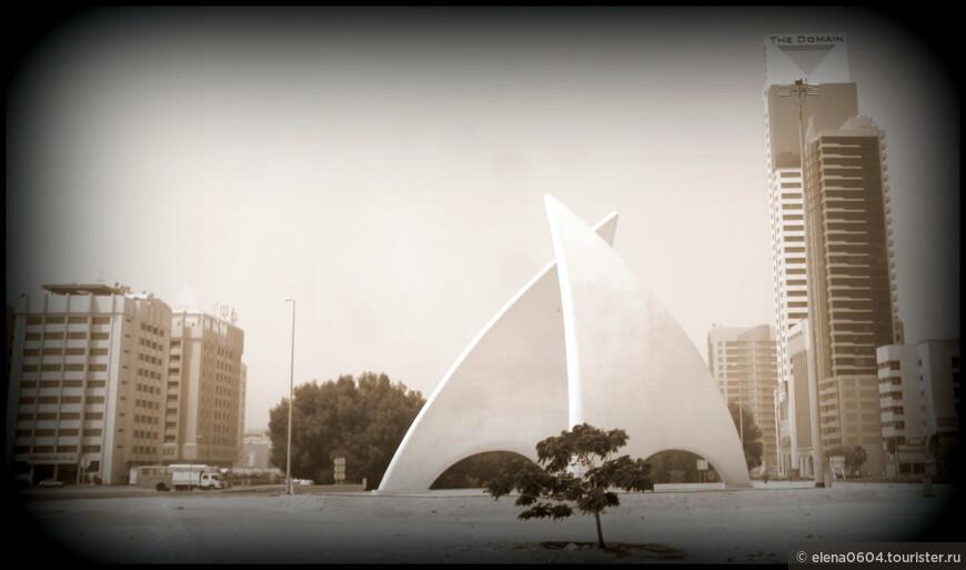 """Неподалеку от Национального музея Бахрейна и театра, на шоссе Шейха Хамада располагается необычная скульптурная композиция """"Паруса"""". Он представляет собой два изваяния в виде развевающихся парусов из белоснежного камня. Изначально памятник находился на другой стороне улицы, но был перенесен в связи с постройкой новых эстакад мостов, идущих с острова Мухаррак, на котором расположен международный аэропорт Бахрейна, в дипломатический район Манамы. Памятник украшает собой основной въезд в Манаму - восточный."""