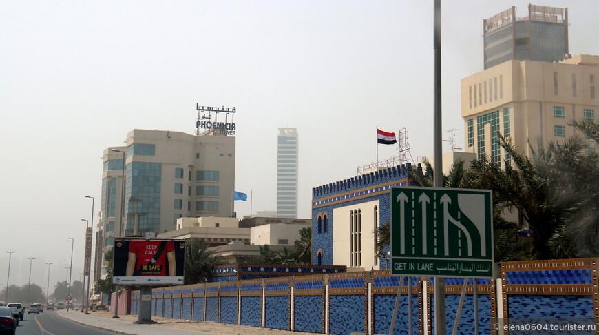 Дипломатический район Манамы - первый район на въезде с острова Мухаррак в город Манама. Здесь сосредоточены посольства и консульства различных стран. Здесь находится музей Корана (Beit Al Quran), основные транспортные развязки, в частности, ведущие в район Аль Сиф, а также гостиницы, в которых останавливаются, в основном, бизнесмены, приехавшие для деловых встреч в Манаме. Район небольшой, но имеющий важное значение для Бахрейна.  На фото - Посольство Ирака в Бахрейне (было торжественно открыто 5 декабря 2013 года). На открытии присутствовали министры иностранных дел Ирака и Бахрейна, посол Ирака в Бахрейне и представители иракской общины. Было проведено большое собрание, на котором были отмечены старания иракских инженеров, воплощавших проект посольства, и обсуждены ближайшие планы по сотрудничеству двух стран.