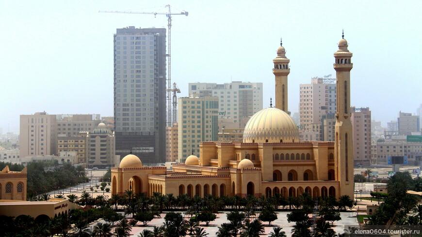 """Исламский центр """"Ахмед Аль-Фатих"""" располагается на автотрассе Аль Фатих в Манаме. Он был открыт в 1988 году. Центр включает в себя мечеть, отдел для исследований Корана и Национальную библиотеку Бахрейна, открывшуюся здесь в 2006 году. Мечеть центра Аль-Фатих является одной из крупнейших и красивейших мечетей мира. Она занимает площадь около 6,5 тысяч квадратных метров. С 9 до 16 часов каждый день, кроме пятницы, здесь проводятся экскурсии для туристов, рассказывающие об исламе и истории Бахрейна."""