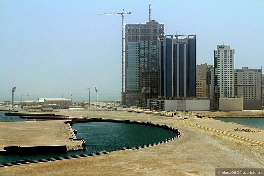 В столице Бахрейна Манаме, на северо-востоке одного из активно развивающихся районов города - Джаффэйре (Джаффейре) - располагается спортивный клуб Al Najma (слева на фото). Он был создан по распоряжению действующего правителя страны Шейха Хамада для поддержания развития спорта среди молодежи и назван как один из бахрейнских футбольных клубов. Al Najma включает в себя несколько полей для игры в футбол, баскетбольную площадку, тренажерные залы. Здесь проводятся занятия для детей и молодежи по различным единоборствам, танцам и аэробике.