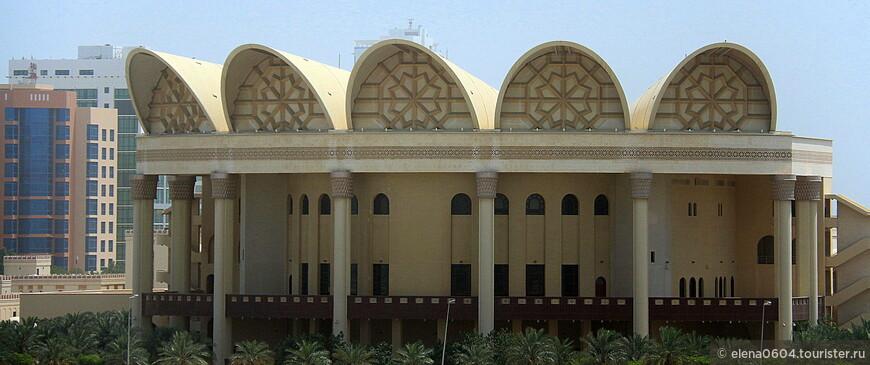 В 2008 году в районе Джаффэйр столицы Бахрейна Манамы был торжественно открыт необыкновенно красивый Культурный центр Шейха Исы, в состав которого также вошла Национальная библиотека. Фонд библиотеки на момент открытия включал в себя более 75 тысяч книг различной направленности и тематики. Новая библиотека оснащена 4-мя большими читальными залами и выставочным павильоном, кабинками, обеспечивающими перевод необходимой информации на 14 языков. Также библиотека посредством сети Интернет связана с крупными базами данных и библиотеками по всему миру. Большой интерес представляет исследовательский центр, занимающийся изучением древних рукописей, а также обширная детская библиотека.