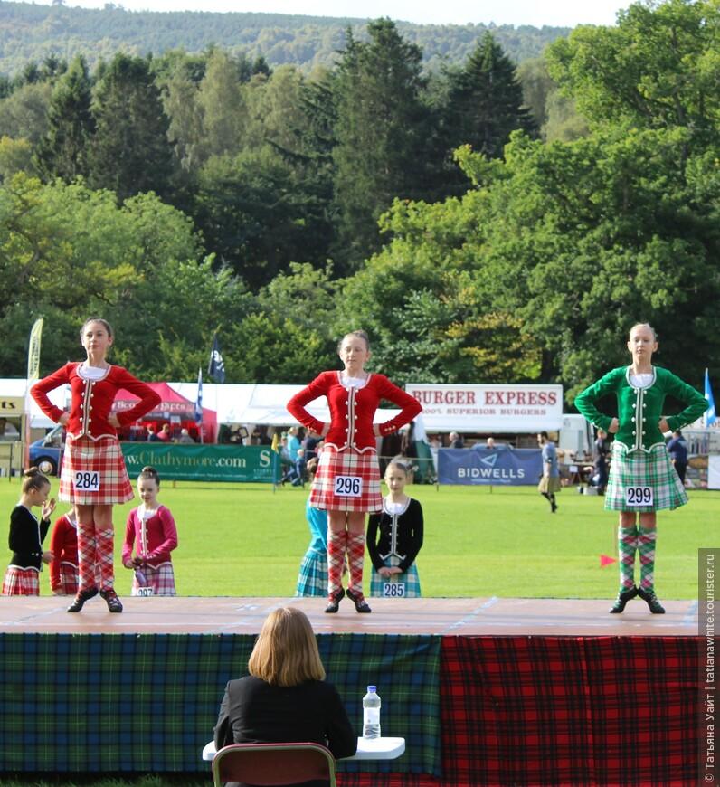 """Девочки """"подняли пяточки"""" в шотландской танцевальной обуви – гилли («ghillies»)."""