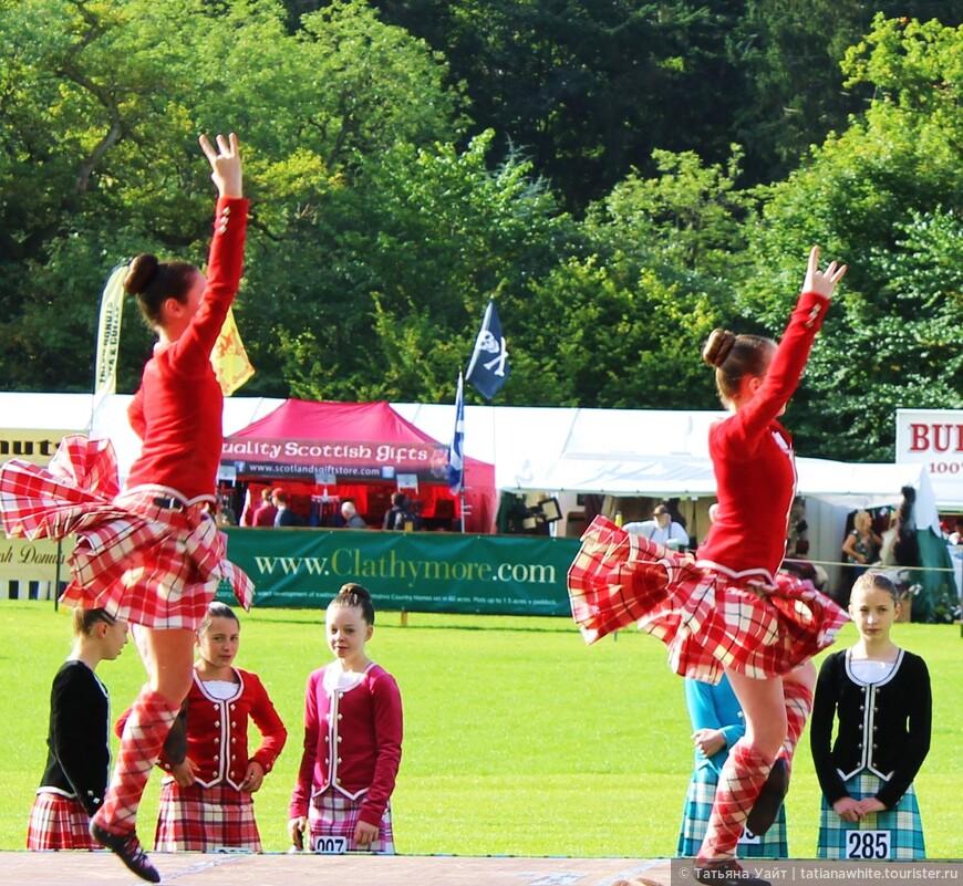 Шотландки со складками сзади как будто продуманы для создания лёгкости при лёгком вращении в танце.
