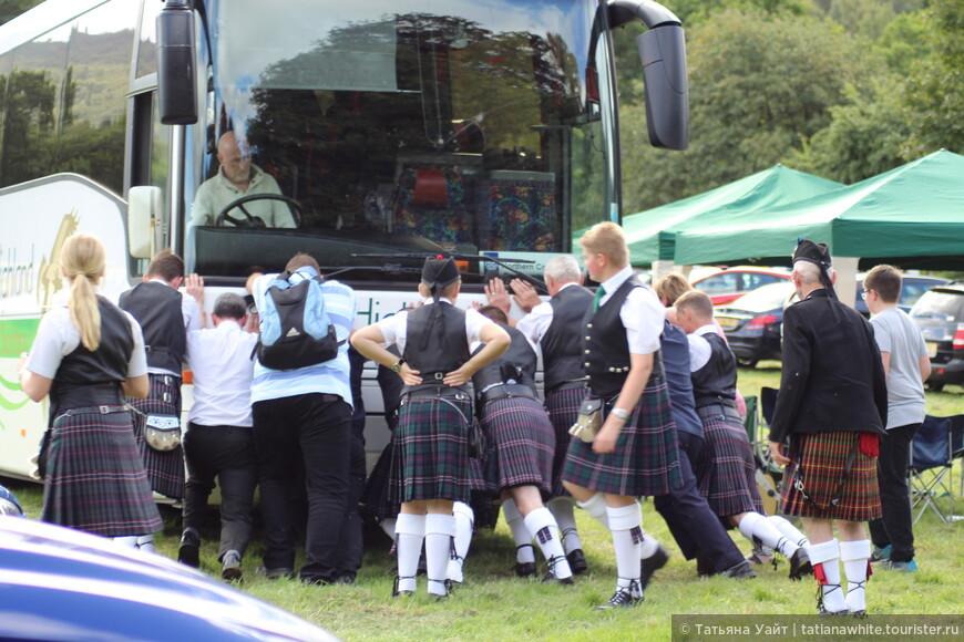 Эх, где наша силушка не пропадала! И забуксовавший автобус сдвинем с мета!! Эх, ухнем, ещё ухнем!