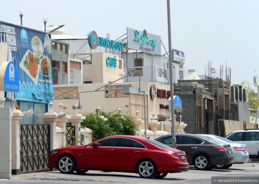 """В районе Бахрейна Maqabah, недалеко от автотрассы Бадейя располагается кафе с интересным названием - """"Chocolove"""". Интерьер заведения располагает к непринужденному общению и отдыху. Это приятное место с доступными ценами, причем не только для любителей сладкого, но и для тех, кто хотел бы перекусить чем-то более внушительным. Кроме разнообразных десертных блюд, например, шоколадного фондю, различной выпечки и фруктовых десертов, здесь можно заказать блюда местной и европейской, более привычной для туристов, кухни. Рядом расположено еще несколько кафе."""