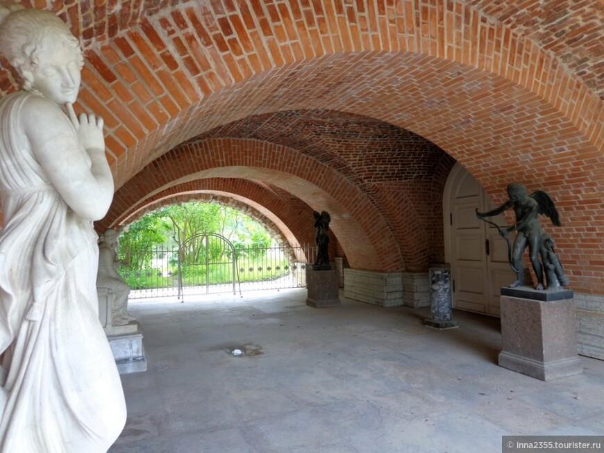 скульптуры под Камероновой галереей