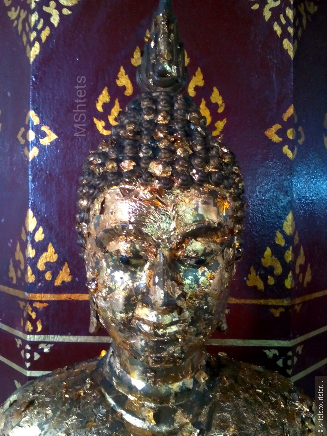 Статуя в храме Viharn Phra Mongkol Bopit в Аютайе