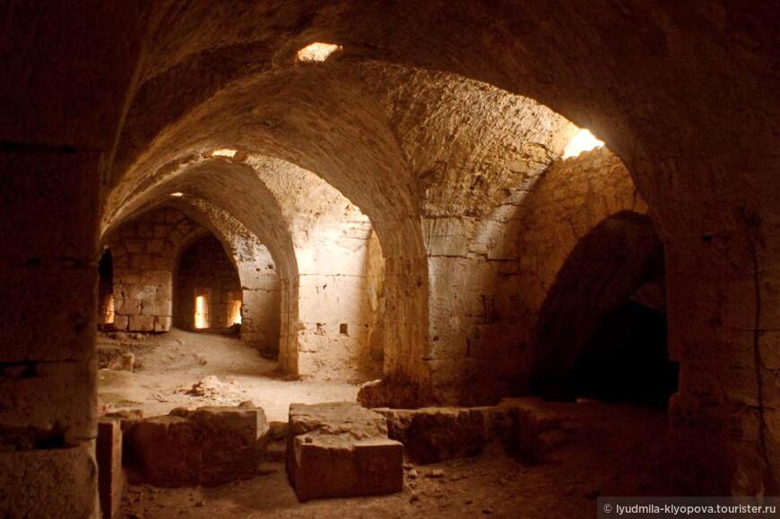 Внутри крепости — своды, так хорошо знакомые нам по средневековой европейской архитектуре.