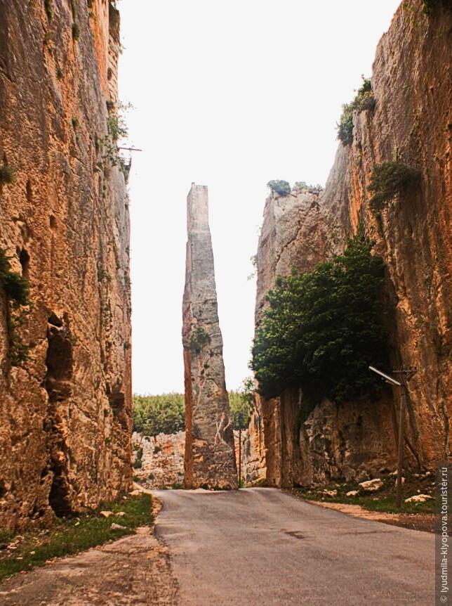 До сих пор сохранился монолитный столб, который крестоносцы использовали для подвесного моста.