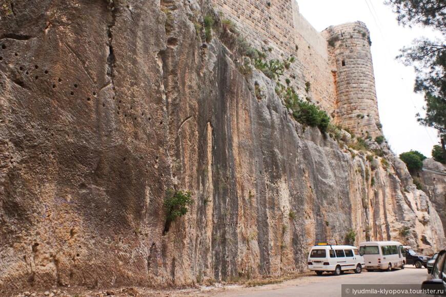Цитадель в своё время считалась неприступной. Это единственный в мире образец замка, целиком высеченного из скального монолита.