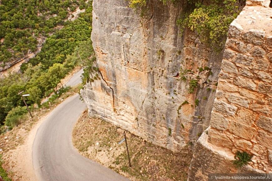 Природная недоступность этого места была усилена крестоносцами: они пробили в скале ров, глубина которого около 28 метров, а длина превышает 150 метров.